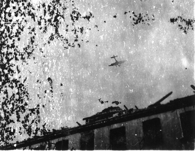 Niemiecki bombowiec nad Starówką